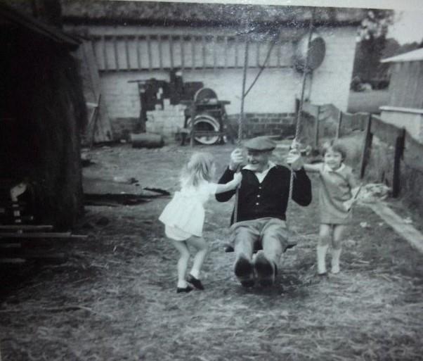 Met opa op de schommel